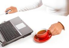 Mains de femme d'affaires avec la souris et le café Photographie stock libre de droits