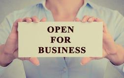 Mains de femme d'affaires tenant le signe blanc avec le message ouvert pour des affaires photo stock
