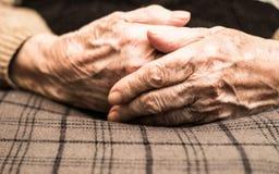 Mains de femme d'Eldery images libres de droits