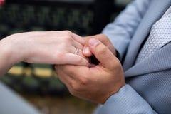 Mains de femme d'homme Photo libre de droits