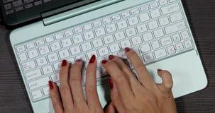 Mains de femme dactylographiant sur l'ordinateur portable banque de vidéos