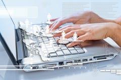 Mains de femme dactylographiant sur l'ordinateur portable Images libres de droits