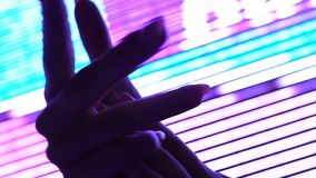 Mains de femme dans l'illumination de boîte de nuit, la femelle sensuelle, la séduction et le désir clips vidéos