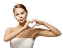 Mains de femme dans la forme de coeur Fille montrant le symbole de signe, de santé et d'amour de geste Images stock