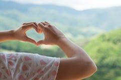 Mains de femme dans la forme du coeur d'amour Photo libre de droits