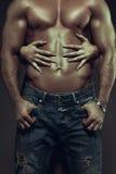Mains de femme embrassant les ABS sexy d'homme Photos libres de droits