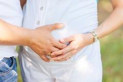 Mains de femme enceinte et de son mari Photos libres de droits