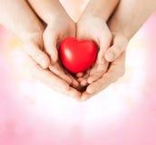 Mains de femme et d'homme avec le coeur Image libre de droits