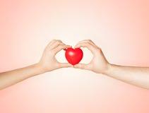 Mains de femme et d'homme avec le coeur Photo libre de droits