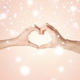 Mains de femme et d'homme montrant la forme de coeur Photo libre de droits