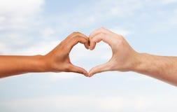 Mains de femme et d'homme montrant la forme de coeur Photos libres de droits