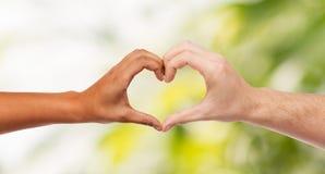 Mains de femme et d'homme montrant la forme de coeur Images libres de droits