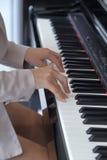 Mains de femme jouant le piano Image libre de droits
