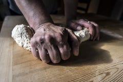 Mains de femme préparant la pâte Photo stock