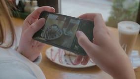 Mains de femme prenant des photos de nourriture par Smartphone closeup 4K banque de vidéos