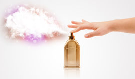 Mains de femme pulvérisant le nuage coloré Image stock