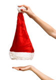 Mains de femme se soulevant vers le haut du chapeau de Santa Photo libre de droits