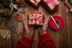 Mains de femme supérieure faisant le ` fait main s de nouvelle année ou le gi de Noël Photo stock