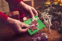 Mains de femme supérieure faisant le ` fait main s de nouvelle année ou le gi de Noël Photos libres de droits