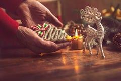 Mains de femme supérieure faisant le ` fait main s de nouvelle année ou le gi de Noël Photo libre de droits