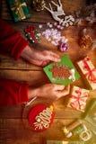 Mains de femme supérieure faisant le ` fait main s de nouvelle année ou le gi de Noël Images stock