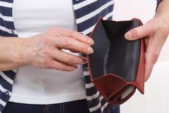 Mains de femme supérieure montrant le portefeuille vide, concept de sécurité dans la vieillesse images stock