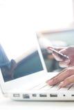 Mains de femme sur le clavier de l'ordinateur portable et de tenir la carte de crédit, concept en ligne d'achats Photos libres de droits