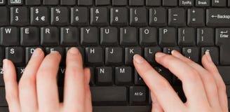 Mains de femme tapant sur un écran image stock