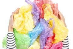 Mains de femme tenant beaucoup de sachets en plastique au-dessus du fond blanc Aucun en plastique, ambiant, concept de pollution image libre de droits