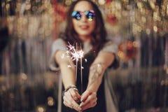 Mains de femme tenant des cierges magiques Photo libre de droits