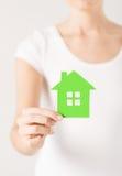 Mains de femme tenant la maison verte Photo libre de droits
