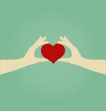 Mains de femme tenant le coeur rouge Images libres de droits