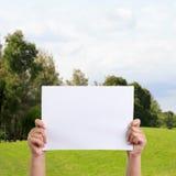 Mains de femme tenant le papier Photo stock