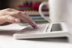 Mains de femme travaillant à la calculatrice Finances, économie, budgetand Photo stock