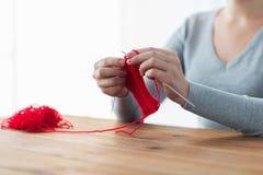 Mains de femme tricotant avec les aiguilles et le fil Images libres de droits
