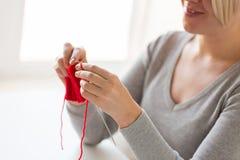 Mains de femme tricotant avec les aiguilles et le fil Photo libre de droits