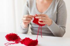 Mains de femme tricotant avec les aiguilles et le fil Images stock