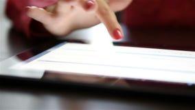 Mains de femme utilisant le comprimé numérique clips vidéos