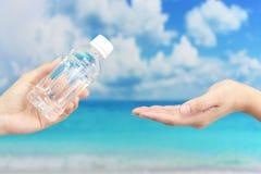 Mains de femmes avec une bouteille de l'eau Photo stock