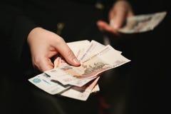 Mains de femmes comptant les billets de banque russes Photo libre de droits