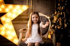 Mains de fille tenant la lumière de Bengale Concept de Noël photos stock
