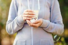 Mains de fille tenant une tasse de café Image libre de droits