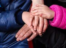 Mains de fils, de mère, de fille, et de père de famille Photos libres de droits