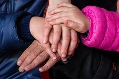Mains de fils, de mère, de fille, et de père de famille Image libre de droits