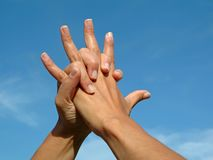 Mains de fixation dans l'amour Photo libre de droits