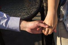 Mains de fixation dans l'amour Image libre de droits