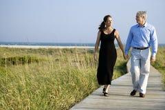 Mains de fixation de couples photos stock