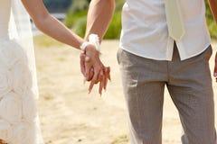 Mains de fixation de couples Photographie stock libre de droits