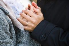 Mains de fixation de couples d'amoureux Image stock