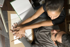 Mains de fixation de couples dans la bibliothèque - Horizotnal Photo stock